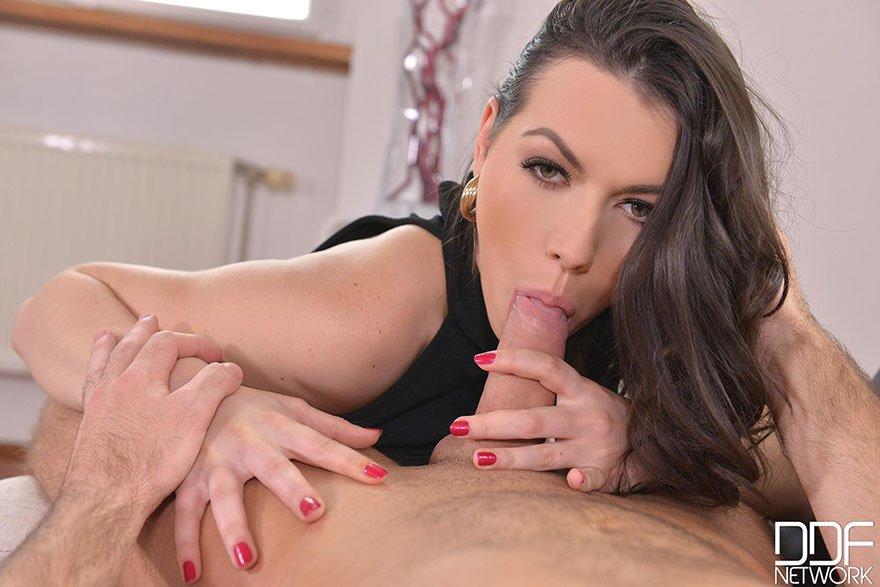 Секс в кабинете - милая шатенка трахается на работе секс фото