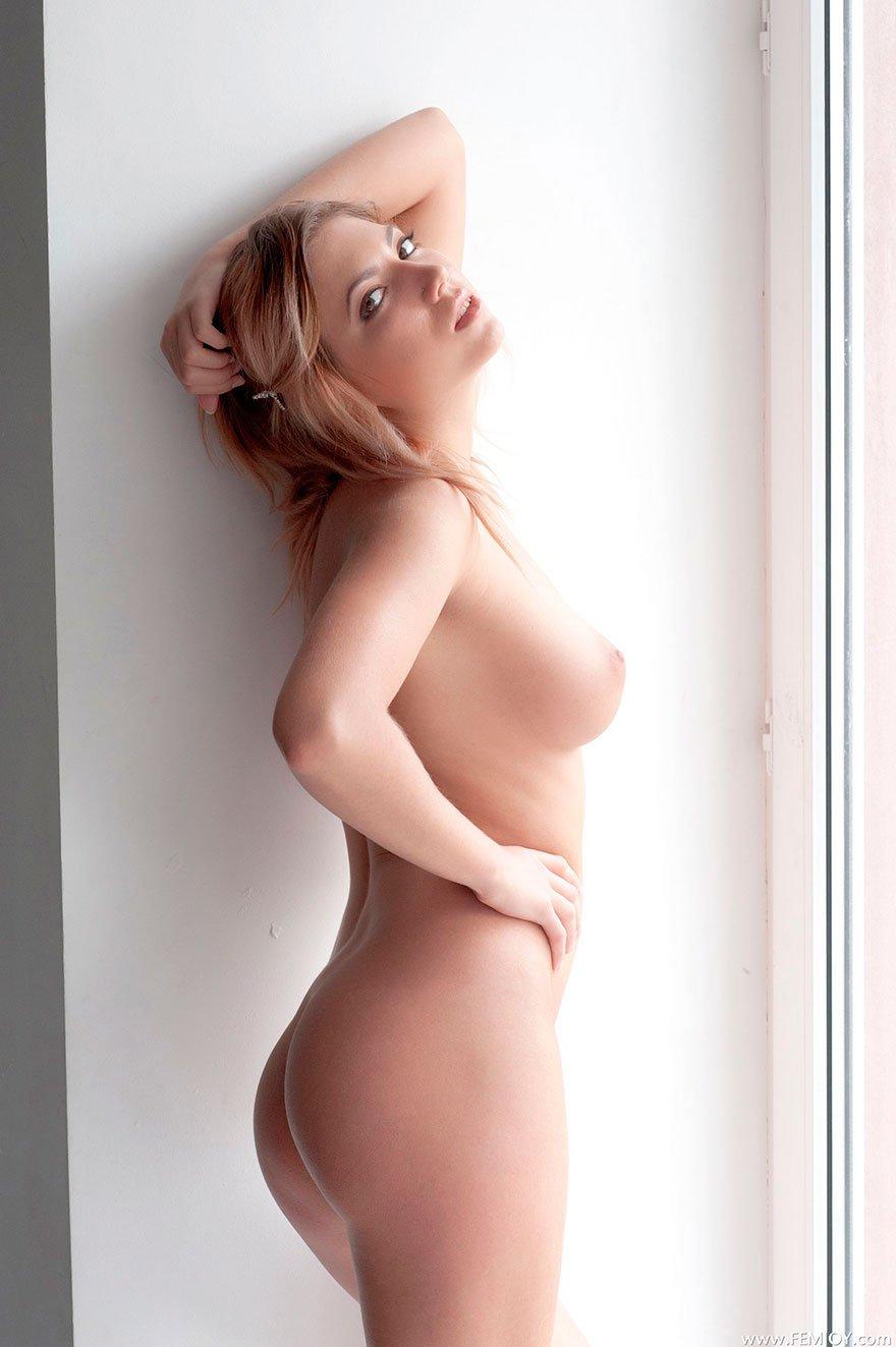 Фото эротика обнаженной девушки на подоконнике