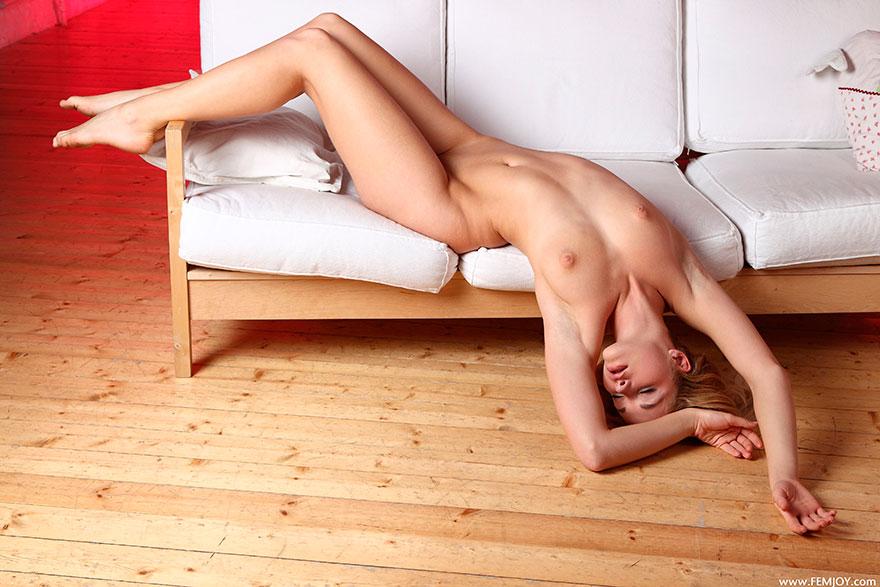 Классная эротика сучки со свелыми волосами возле красной стены секс фото
