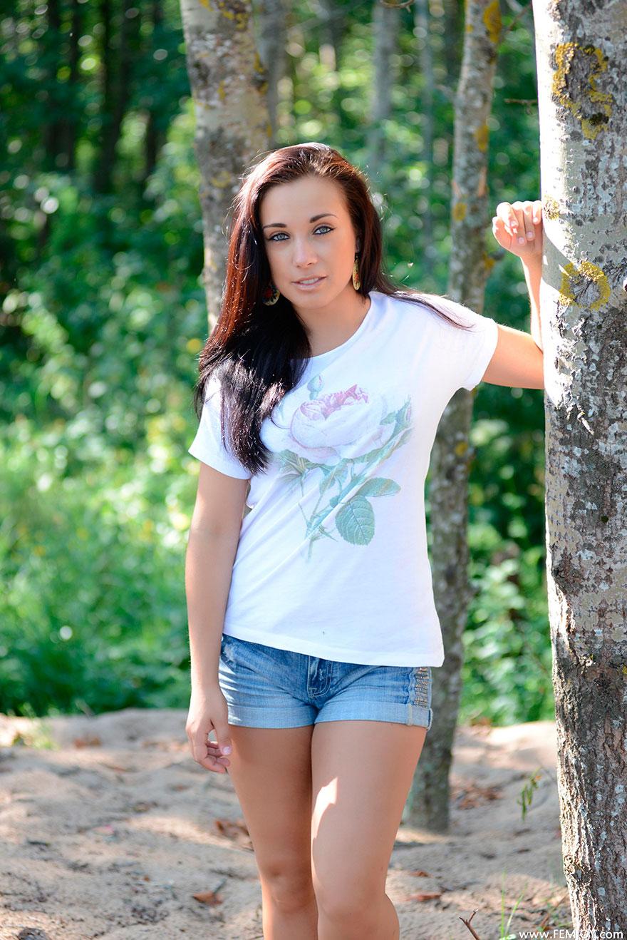 раздевается девушки в лесу фото