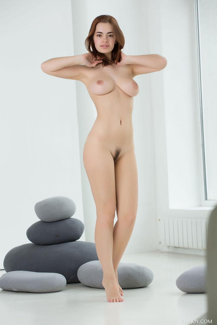 Прекрасные фото сиськастой молоденькой модели секс фото