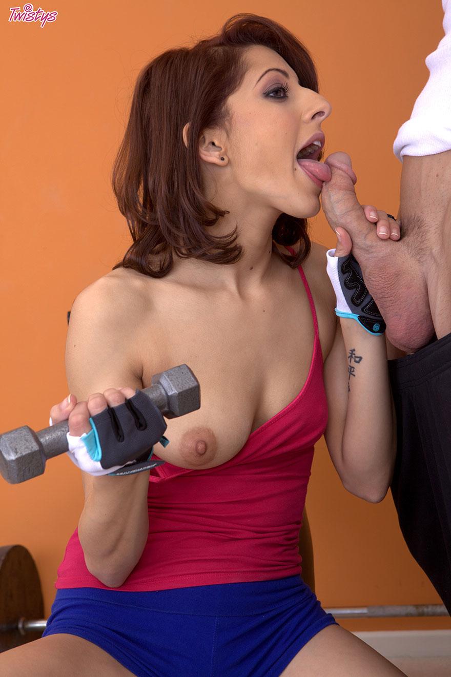 Порно в спортзале фото галереи растягивание