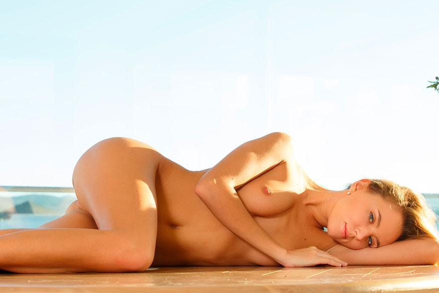 Девушка в платье-сетке на голые сиськи