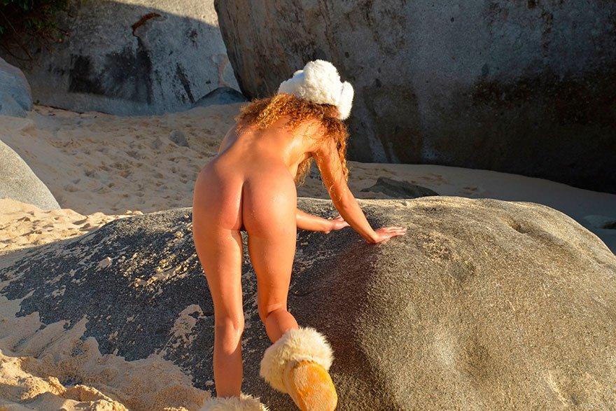 Рыжая девушка голая на пляже