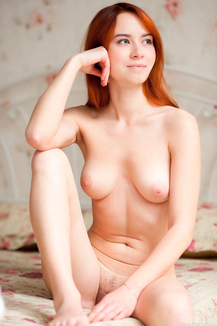 Чувственная эротика рыжей девушки в спальне