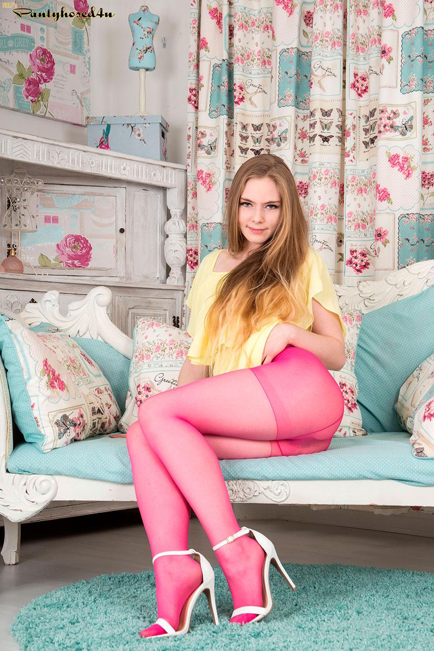 Горячая светловолосая девушка с роскошными волосами делает селфи в розовых колготках секс фото
