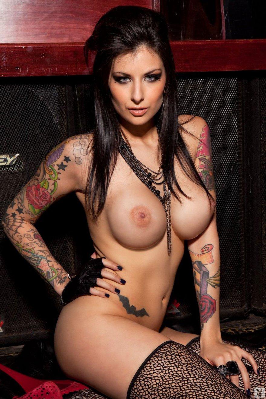 Пышногрудая брюнеточка с шикарными татуировками