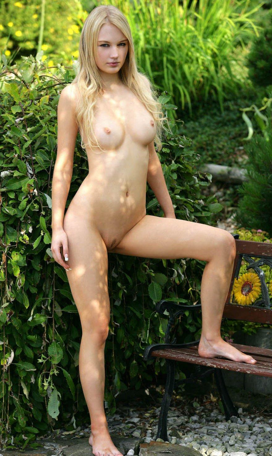Соблазнительная голая блондинка гуляет в саду