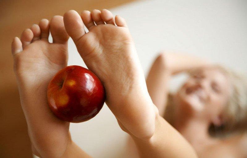 Изящная обнаженка блондинки с красными яблоками секс фото