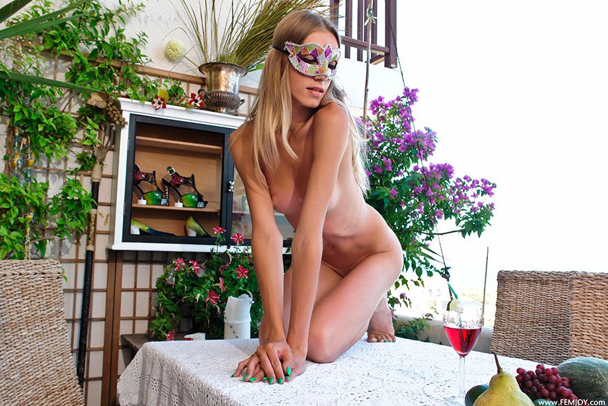 Шикарная клубничка худой голой блондинки в маске секс фото