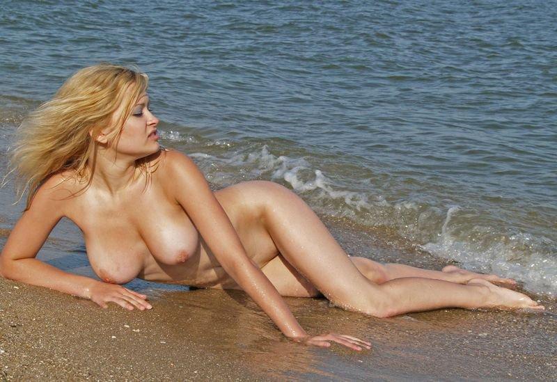 Обнаженная блондинка на море