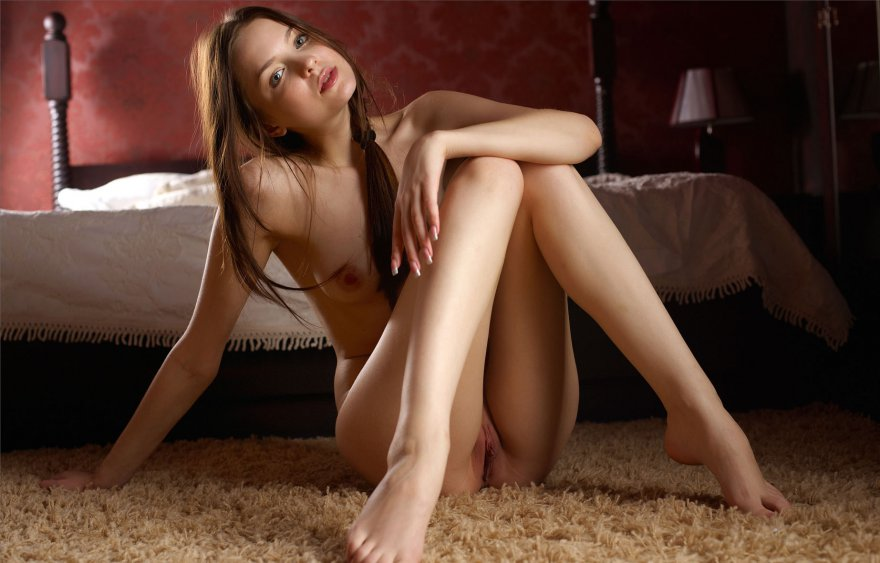 Эротика молодой девушки в спальне