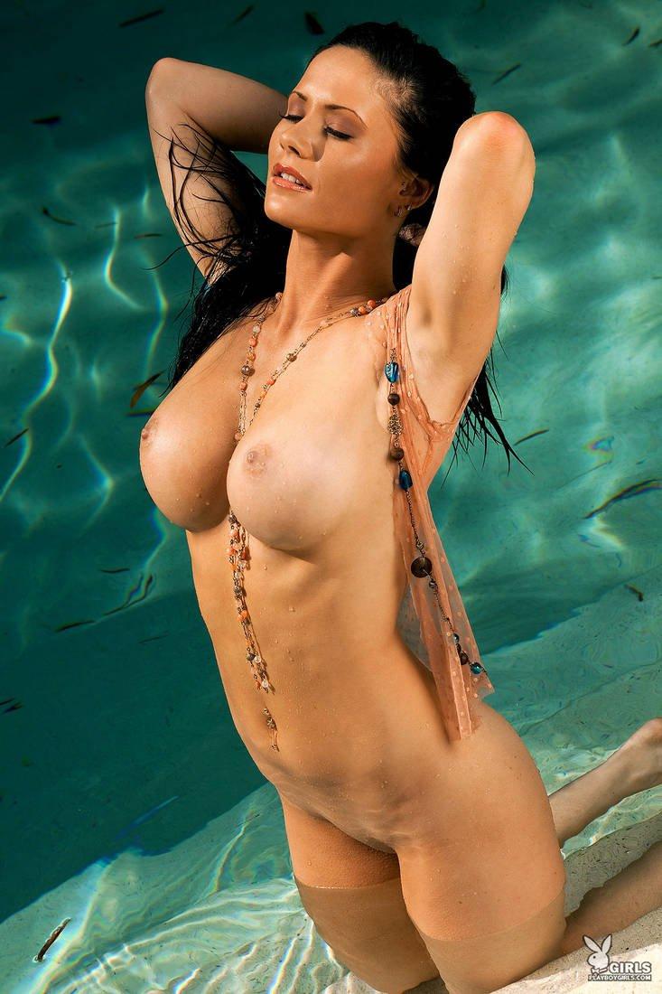 Чувственная эротика брюнетки с шикарной грудью