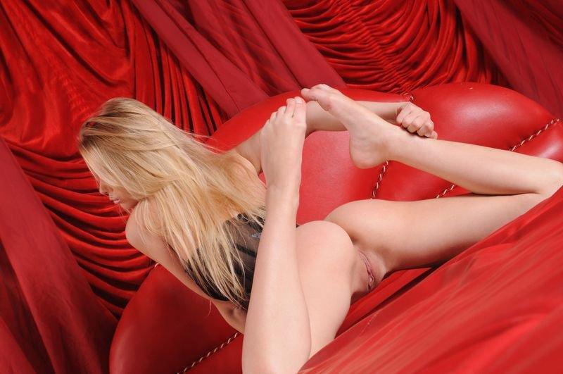 Красивая эротика блондинки в красной спальне