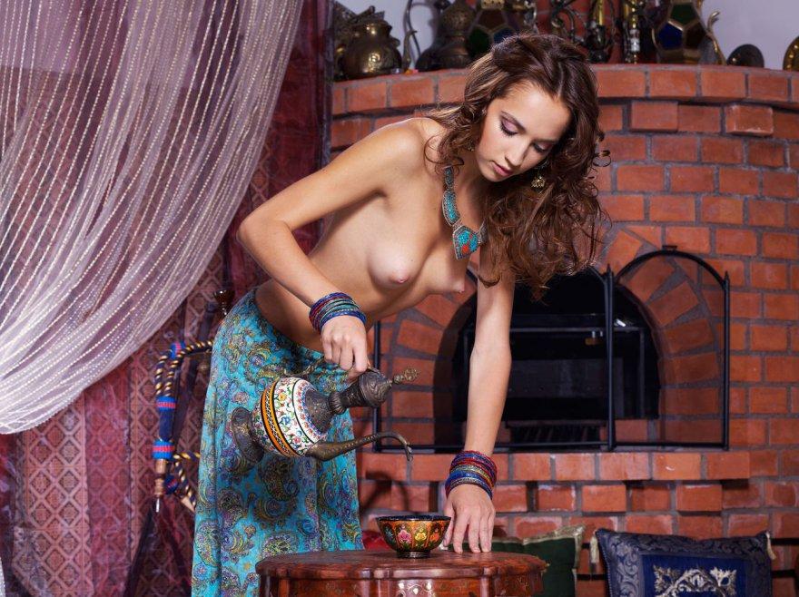 Девушка снимает восточный наряд