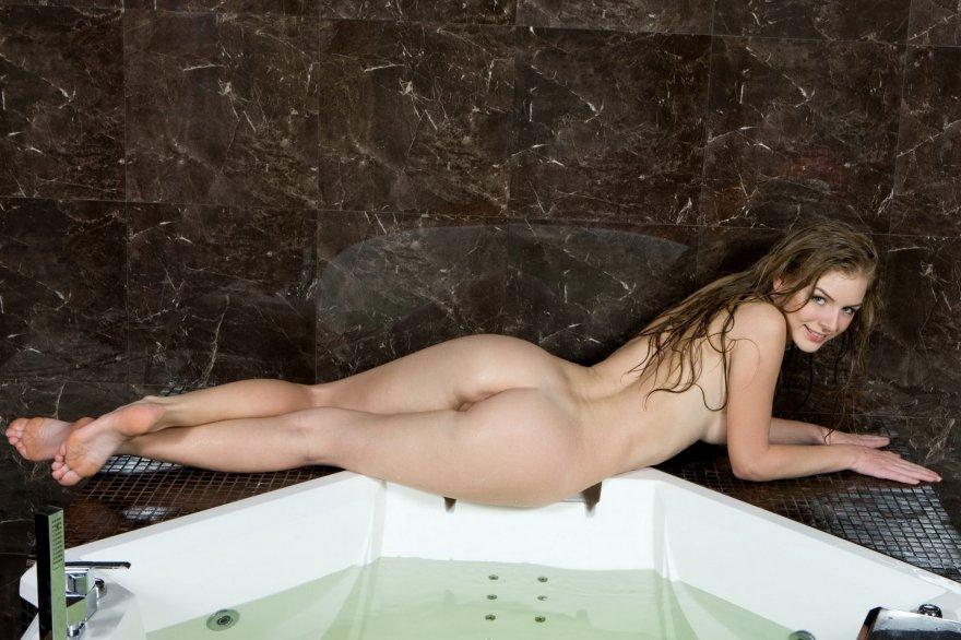 Красивая блондинка в ванной комнате