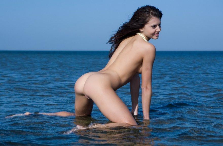 Восхитительная модель разделась на берегу моря