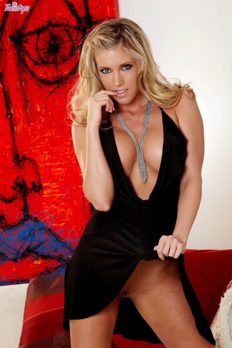 Секси блондинка в черном платье