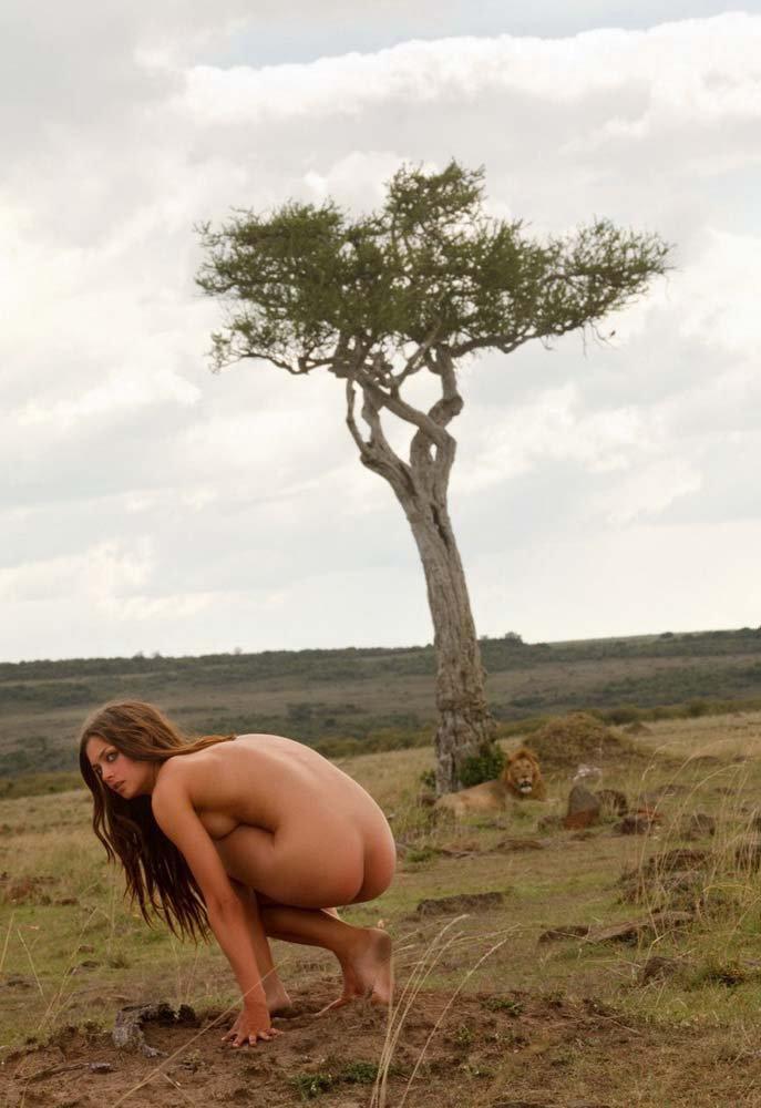 Красивая эротика обнаженной модели на природе