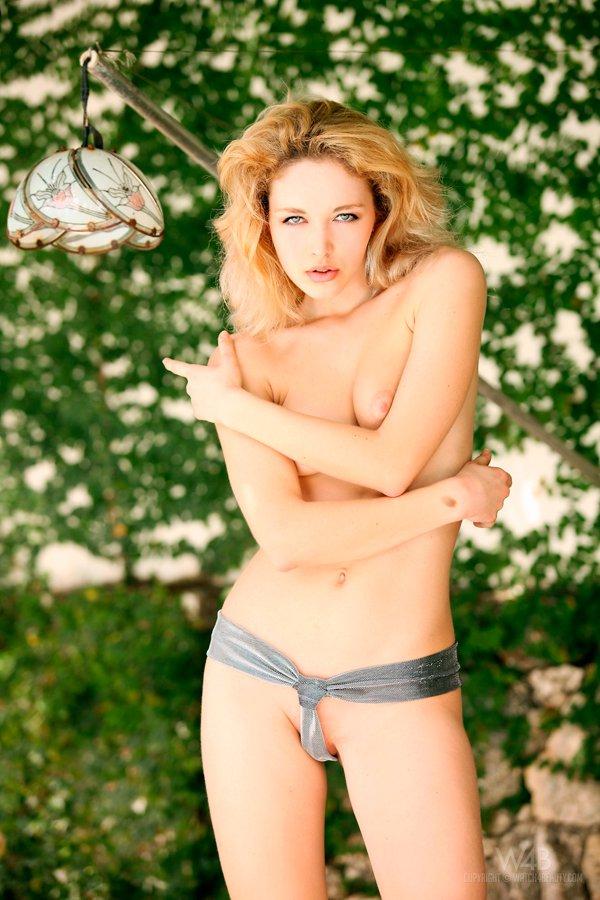 Тропическая эротика блондинки с маленькой грудью