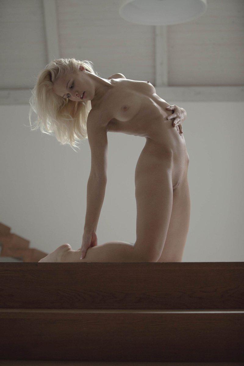Чувственная эротика блондинки