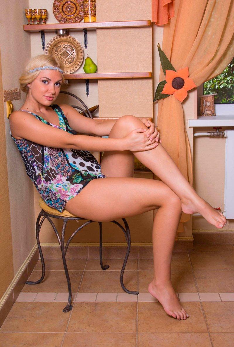 Блондинка на кухне смотреть эротику