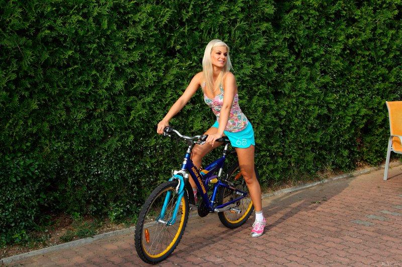 blondinka-na-velosipede-porno