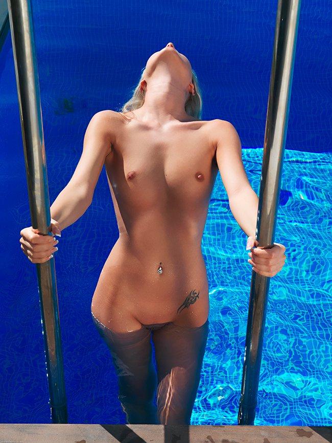 Светловолосая девушка в золотом купальнике