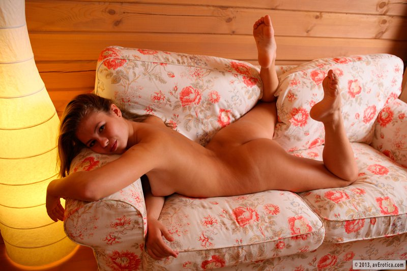 Голая девушка на цветастом диване