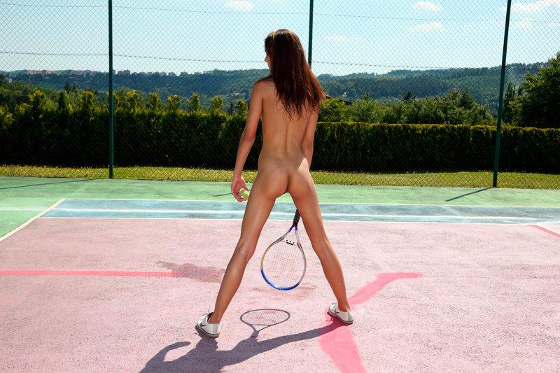 Голая теннисистка на корте