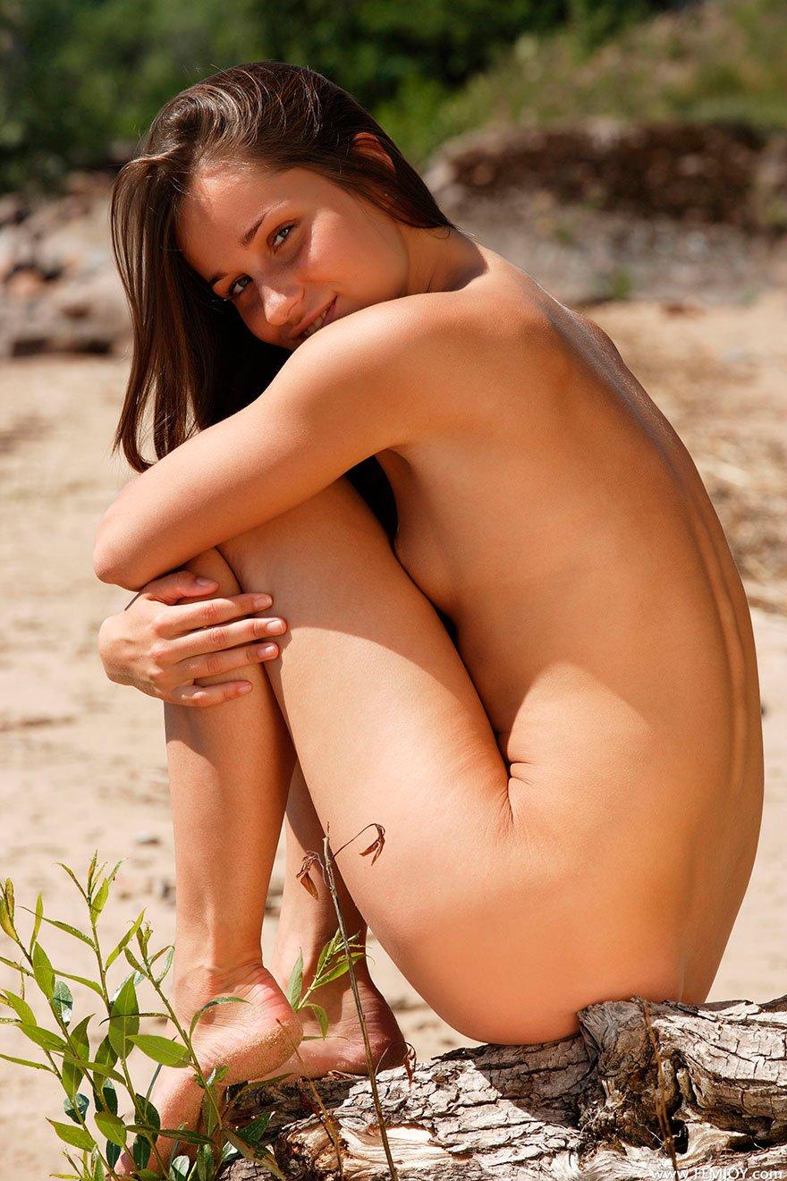 Молоденькая русая порноактрисса нагая на поваленном дереве