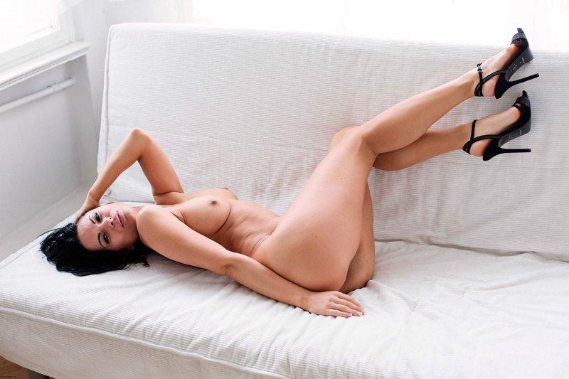 Сексуальная брюнетка с длинными волосами