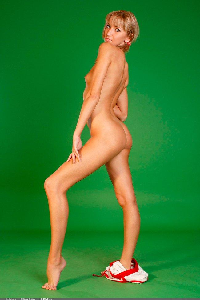 Эротические фото блондинки на зеленом фоне