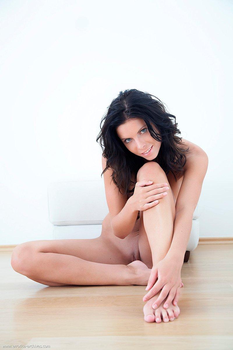 Шатенка с голубыми глазами порно фото