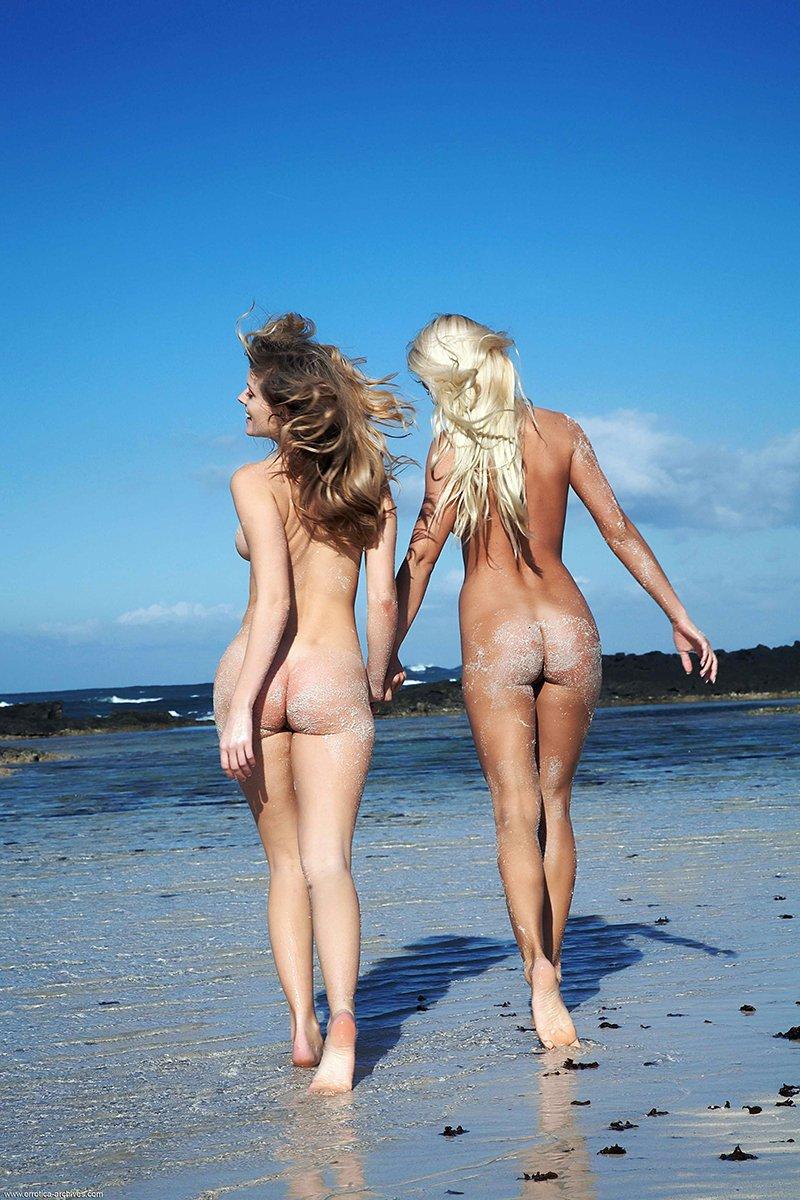 Обнаженные девушки на пляже эро-фото