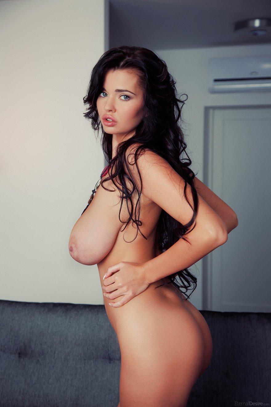 брюнетки с большой грудью фото