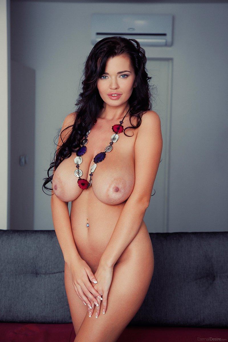 Брюнетка с большими грудями