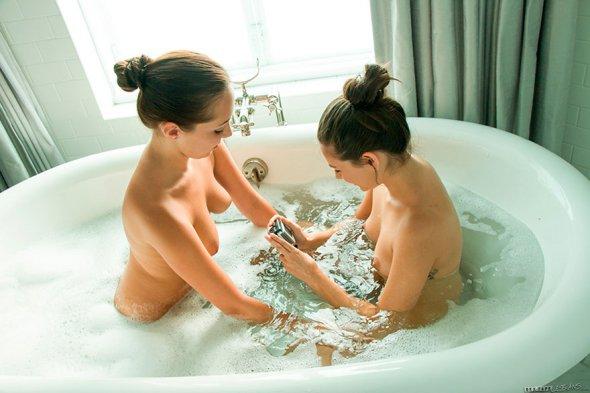 вакансии фото две дечушки в ванной случае
