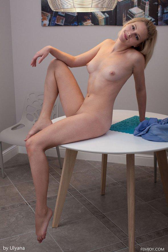 голая девушка возле круглого окна фото