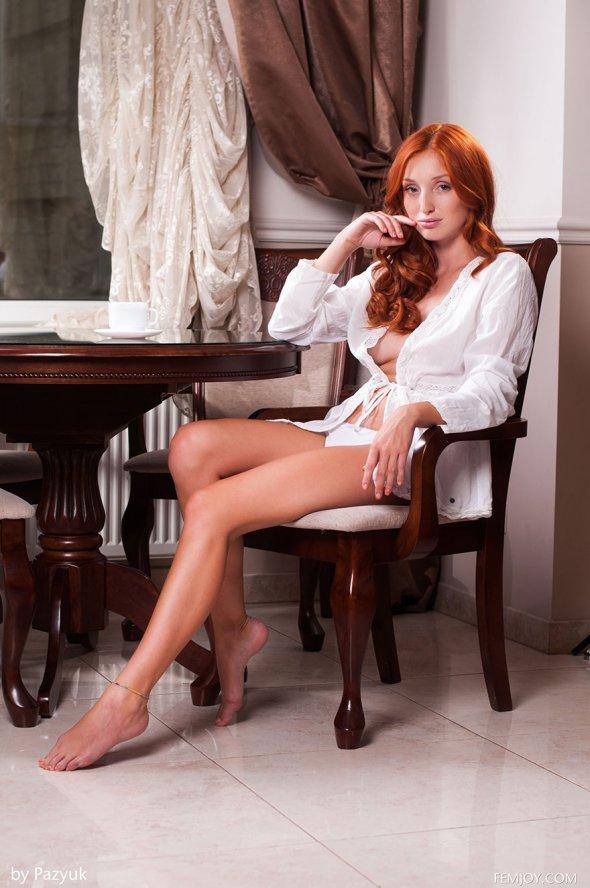 эротика сидит на стуле фото