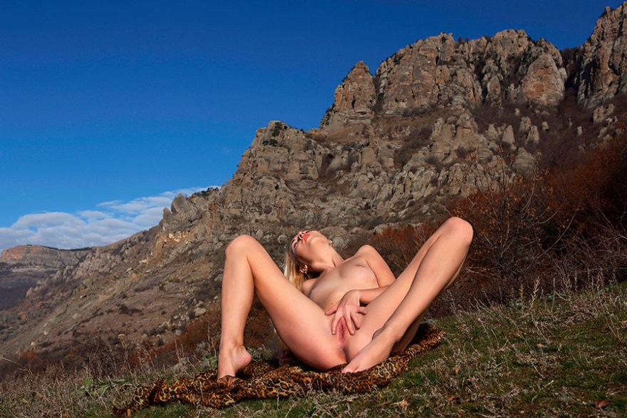 Привлекательная светловолосая девушка в горах