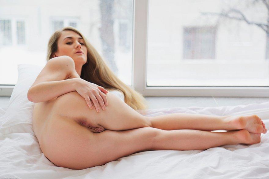 Стройная блондинка в белом кружевном белье