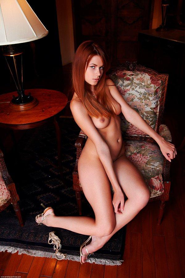 Рыжеволосая блядь в кресле