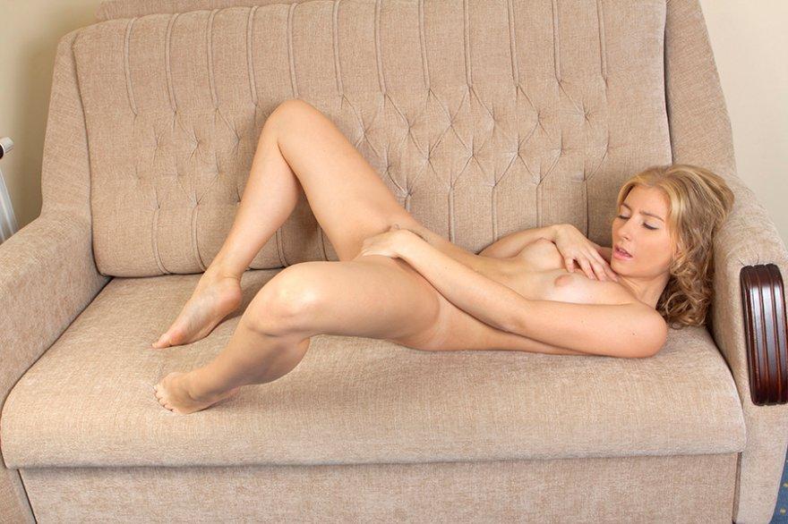 Хорошенькая блондиночка на диванчике