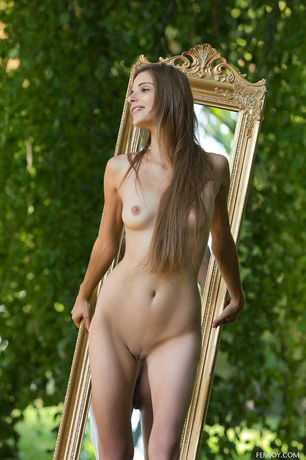 Девушка с зеркалом на природе