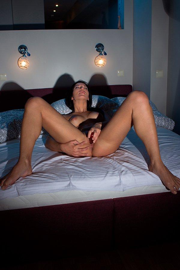 18-летняя темноволосая девка на постели