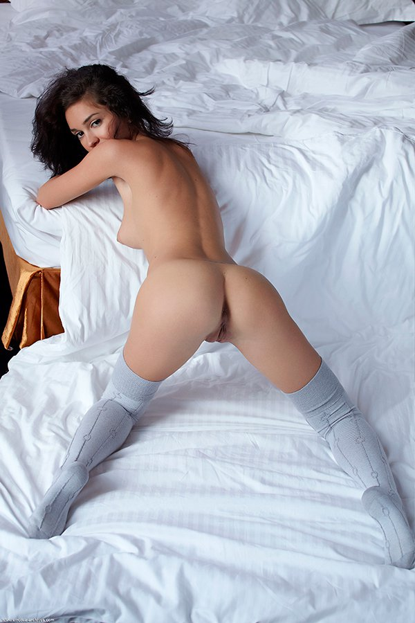 Изящная брюнетка в постели