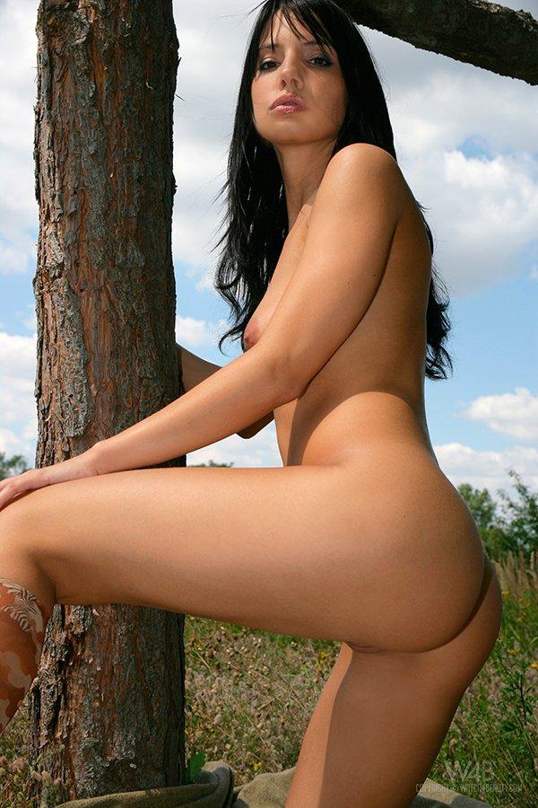 Красивая тёмненькая под деревом смотреть эротику