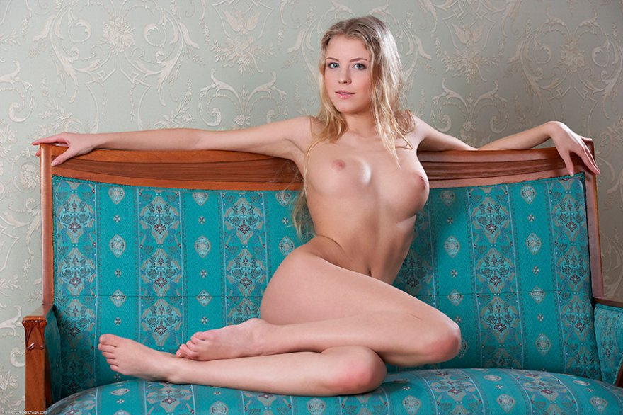 Сексуальная блондинка на голубом диване