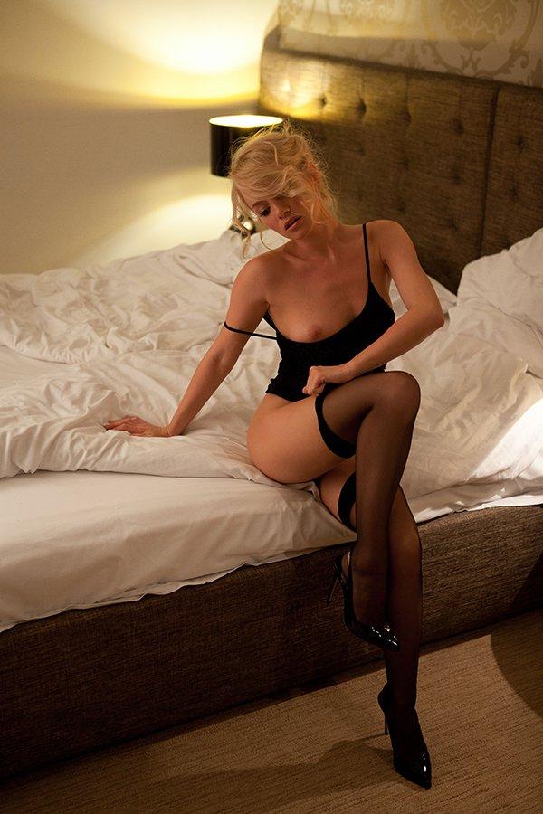 Секс с шикарной праституткой в черных чулках и шпильках hd 16 фотография